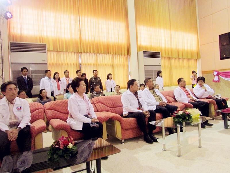 82d5025224 ในโอกาสเดินทางมาเป็นประธานในพิธีเปิดโครงการ พ่อแม่อาสา นำพาปลอดยาเสพติด  ในวันที่ 23 พฤษภาคม 2556 ณ หอประชุมสำนักงานเทศบาลตำบลหนองบัวโคก
